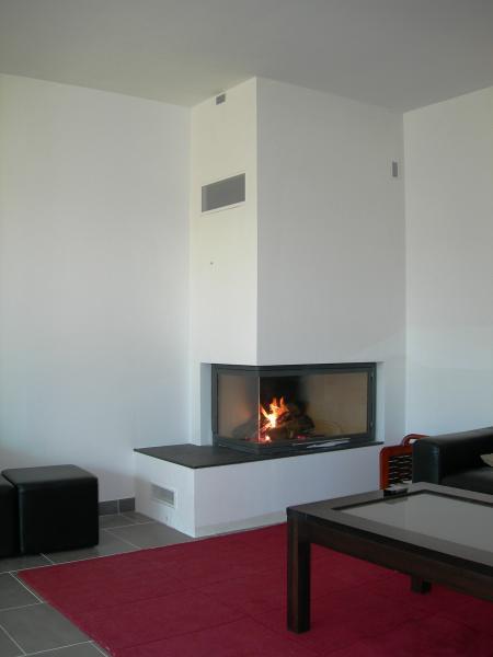 chemin e d 39 angle droit en pl tre habillant un foyer totem. Black Bedroom Furniture Sets. Home Design Ideas
